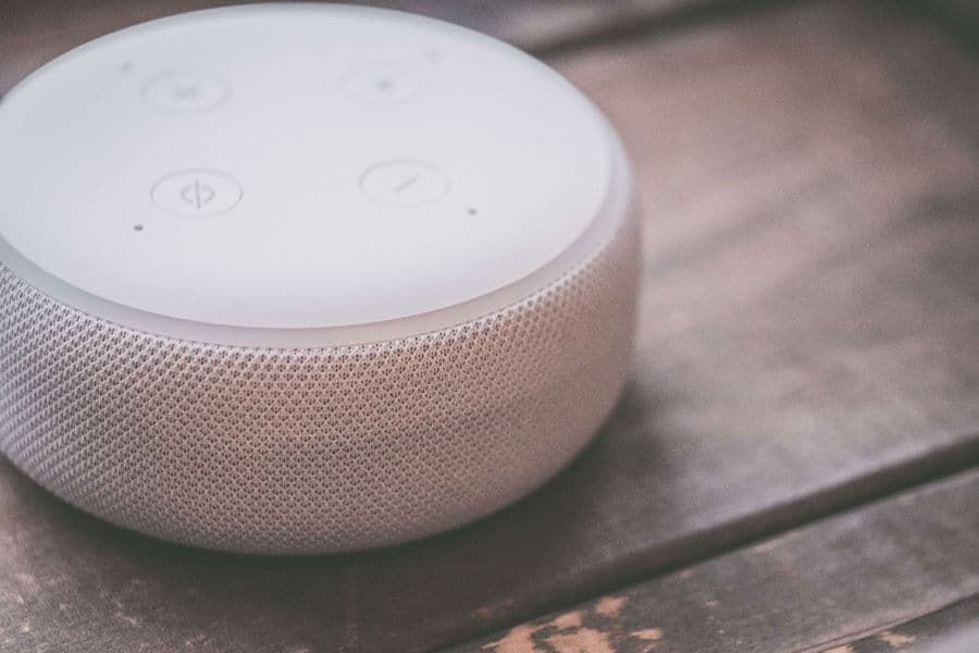 close-up-focus-speaker-1666313